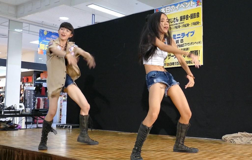 2人組の超絶美少女のダンスユニットがデニムショーパンからパンチラ