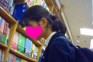 【お尻突き出し】制服JKパンチラ逆さ撮り01