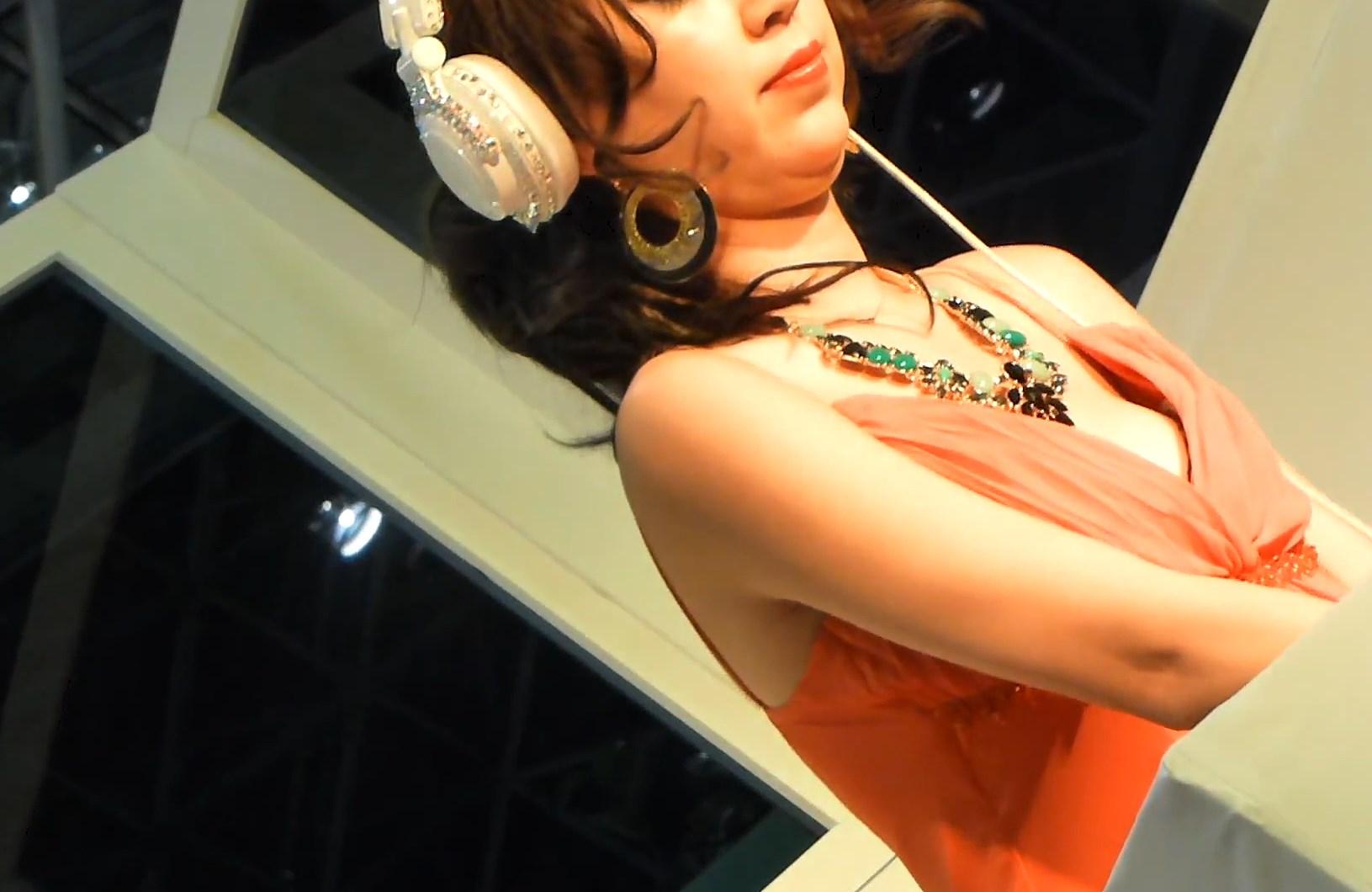 胸チラと乳首ポロリする美人DJ
