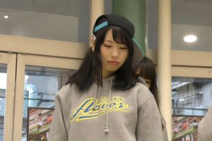 デニムショーパンの隙間からパンチラする大阪のマイナーアイドル