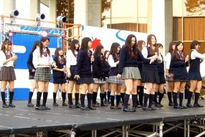 AKB48の歌と踊りで生パンチラを披露するJKグループ
