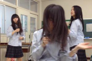 学校の教室で制服JKのおふざけパンチラ