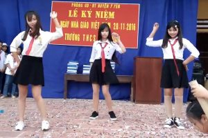卒業式ダンスでナンバーワン美少女がターンパンチラを披露!