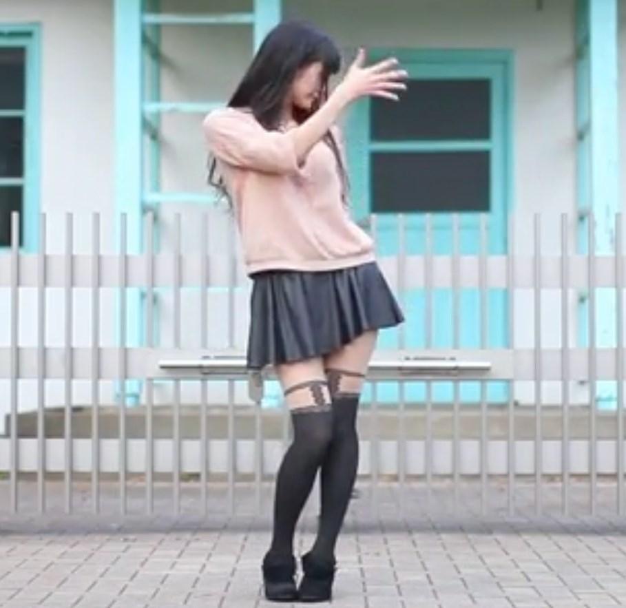 スタイル抜群の女の娘の踊ってみたの柄タイツの奥が気になる!