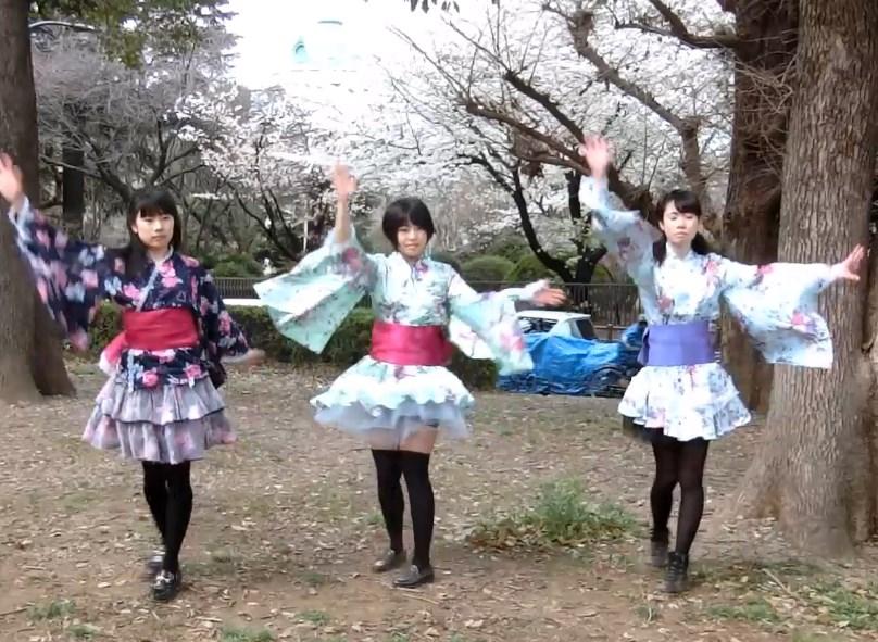 着物風コスプレで3人組が踊ってみた動画でターン中に黒スト越しパンチラ!