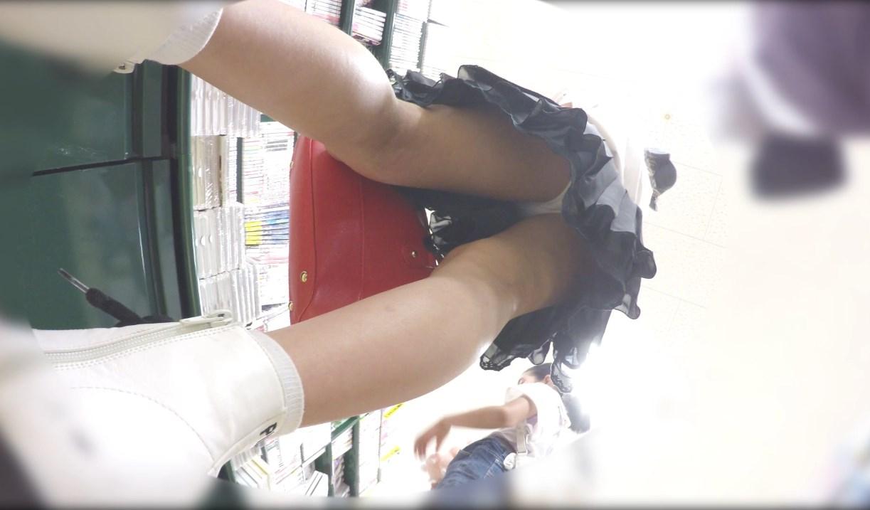 美少女JSの純白パンチラ