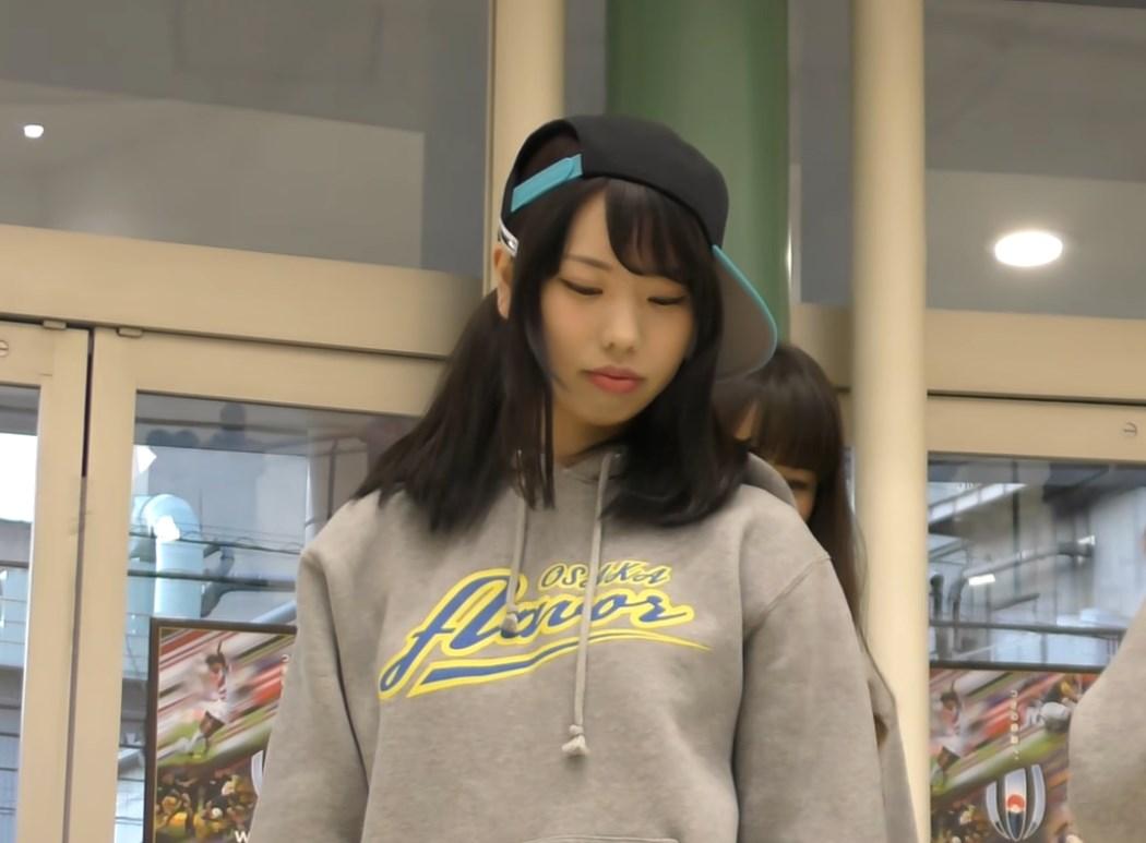 腰振りダンスでデニムショーパンの隙間から純白パンチラ!大阪のマイナーアイドルです♪