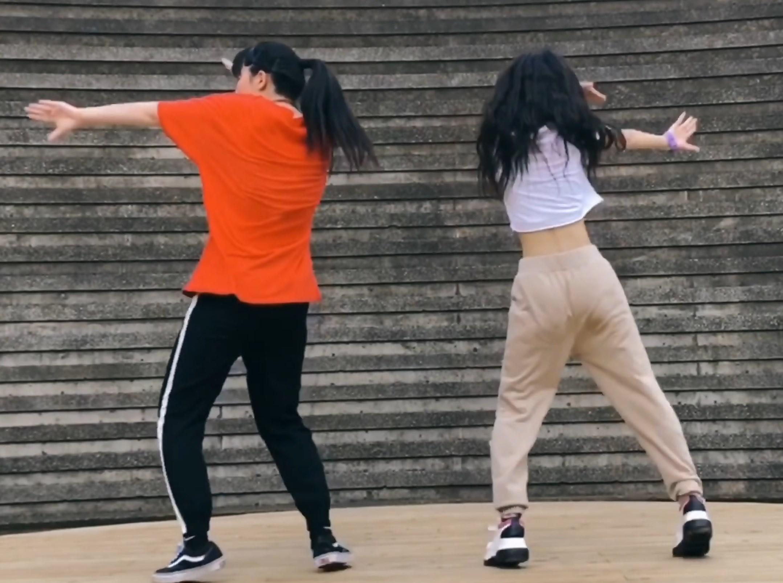 踊ってみたでパン線を見せてくれるJK踊り手