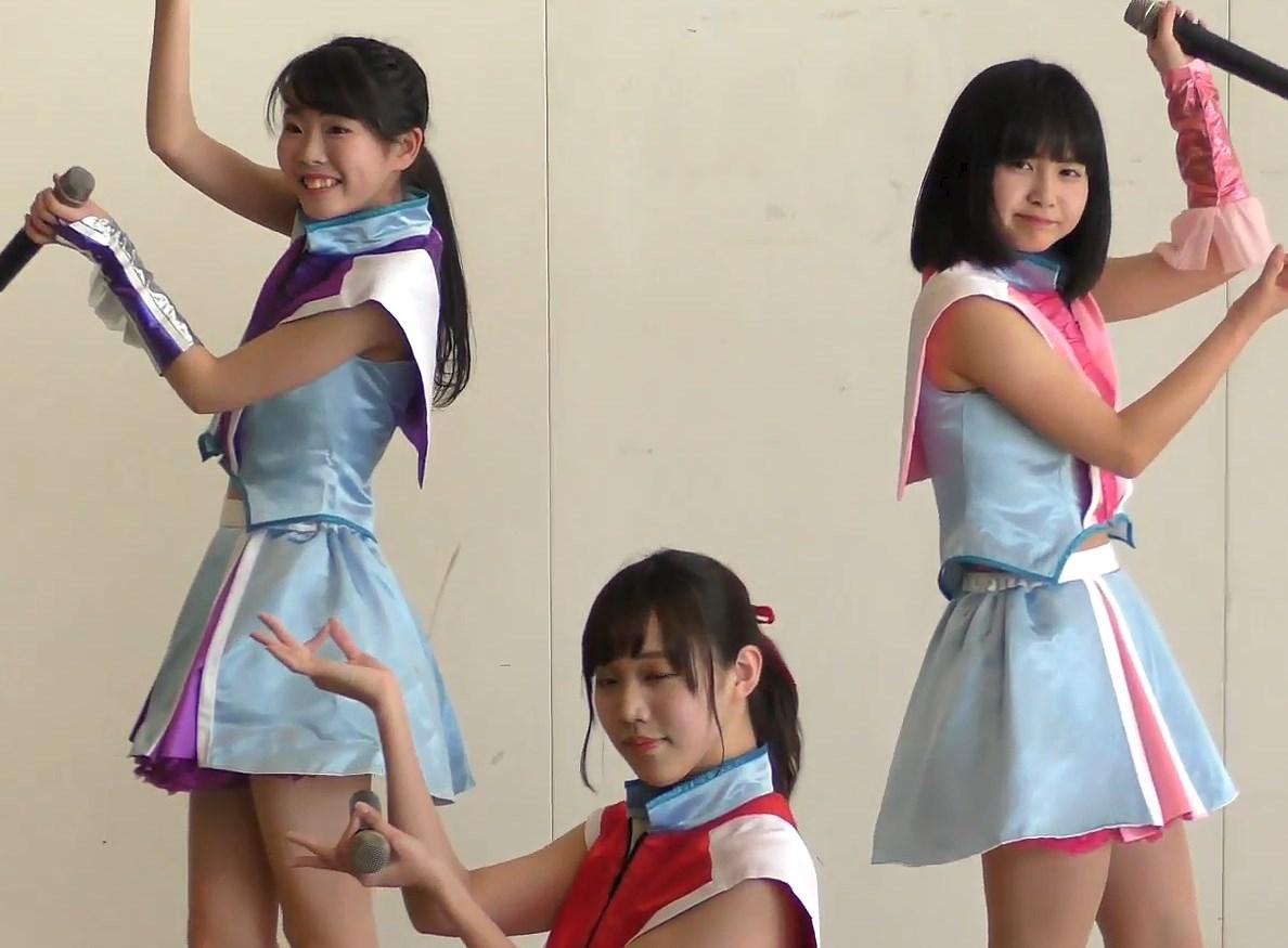 3人組の可愛いご当地アイドルがライブイベントでハイキックパンチラ!