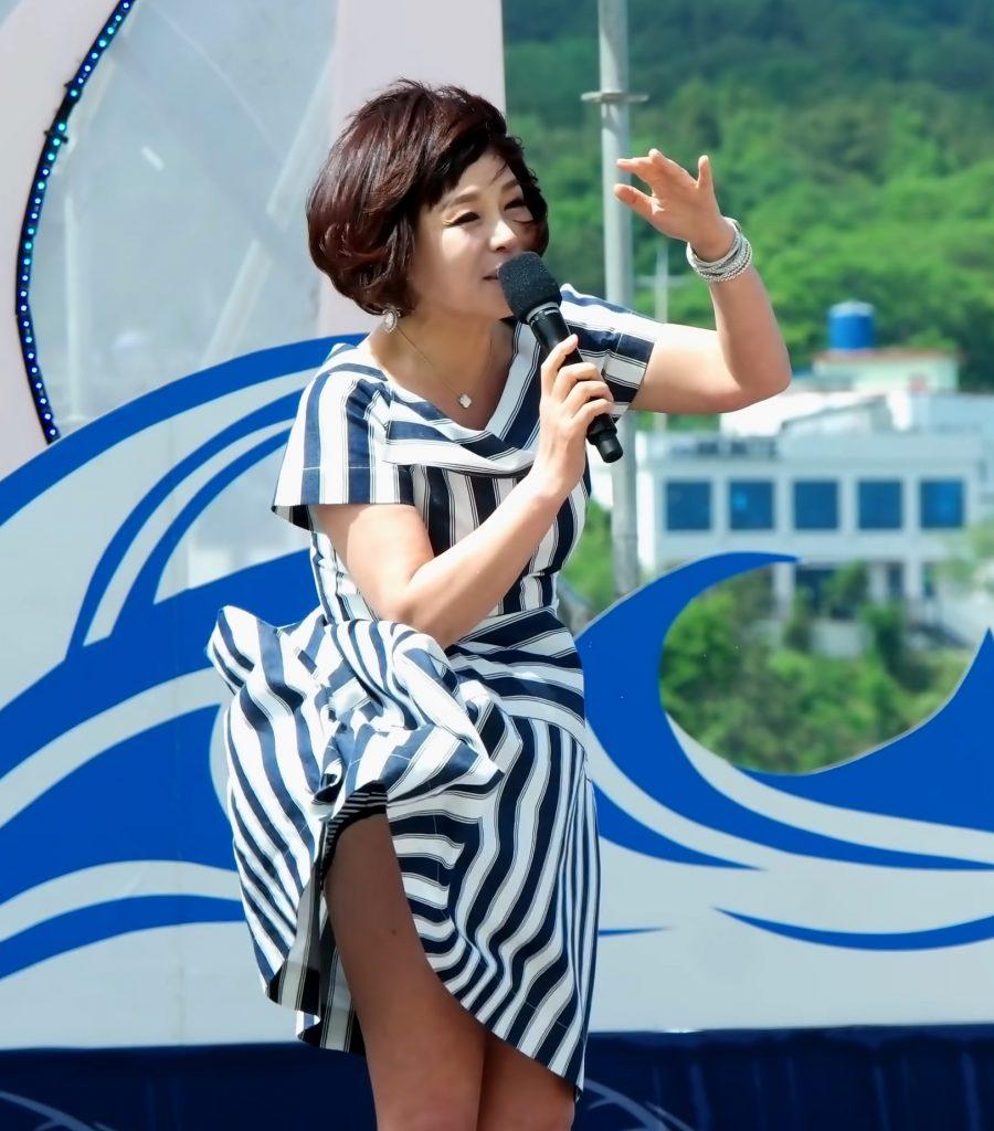 野外イベントの強風でスカートがめくれてパンチラしまくってしまう韓国人歌手