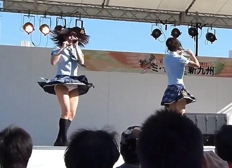 縞パン全開!ライブ中に何度もパンチラを披露してくれる福岡ご当地アイドル!