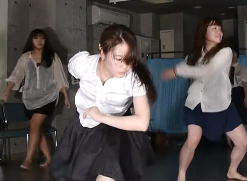 ダンス部の練習動画でJKの履いていたレギンスが伸びて透け透けになってしまう事故!