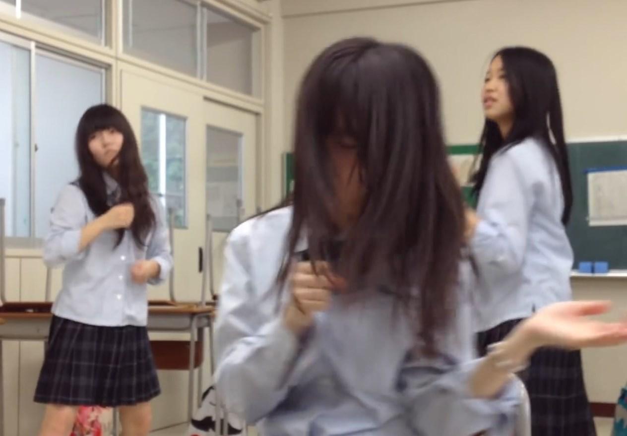 掃除が終わった後の教室でダンス練習中の制服JKちゃん、ふざけすぎて何度もパンチラを披露www