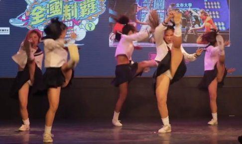 自らスカートをめくり上げて見せていくスタイルのセーラー服女子たちのダンスバトル動画が熱い!