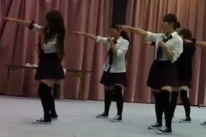 【JKパンチラ】文化祭出し物用のAKB48のヘビーローテーションの練習中に白パンチラ