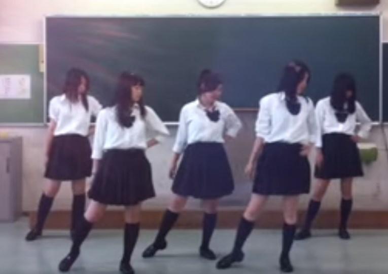 文化祭のコピーダンスの練習で生パンチラを披露してくれる制服JKの踊ってみた