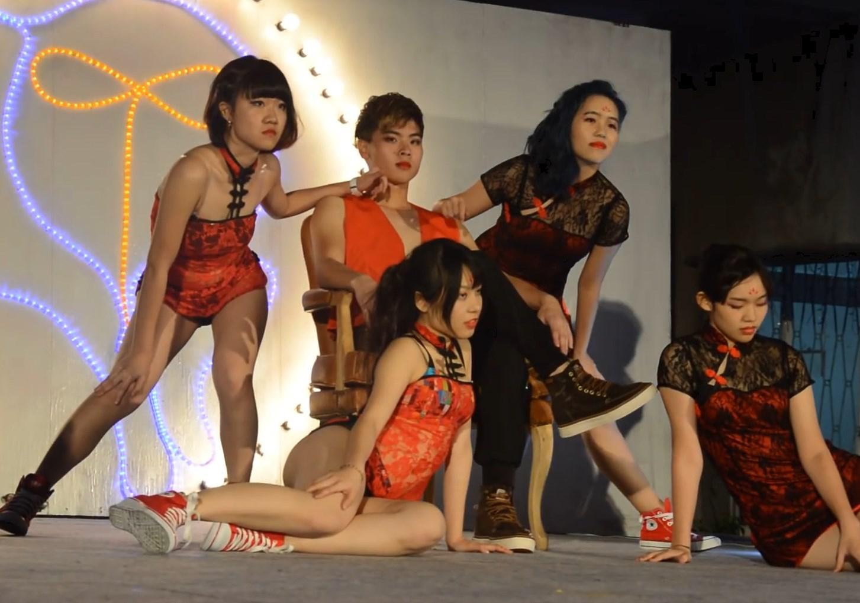 """""""激ミニ""""チャイナドレスでダンスを披露する高校文化祭ステージ!パンチラしまくりで抜いたww"""