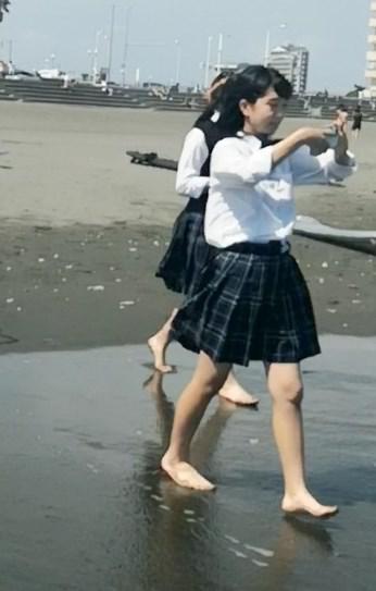海辺で遊ぶCちゃんの透けブラ
