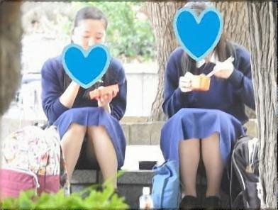 公園にいたオヤジたちも驚愕!!(FHD)白パンのCちゃん!!大変です!!パンツが見えてますよ特別編21
