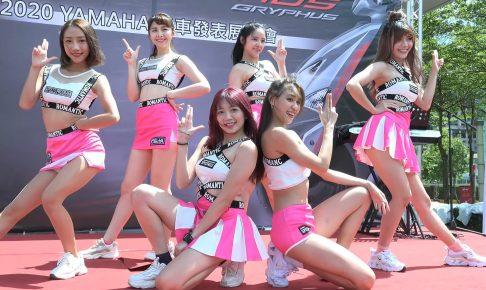 新車発表会に登場した美人アイドルグループ、ステージで透けるインナーからパンチラを披露w