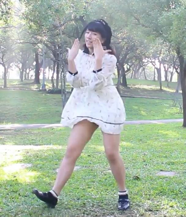 動画:ミニワンピ衣装で何度もパンチラを披露してくれる踊り手さん