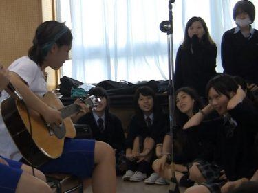 学校の教室で撮影された制服JKの白パンチラがまさにラッキースケベの極みな件w