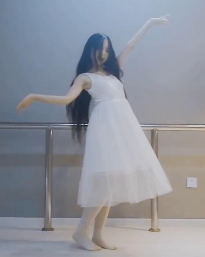 乳首スケスケのノーブラ踊り手さん、ついに見つかる(パンチラもあるよ)