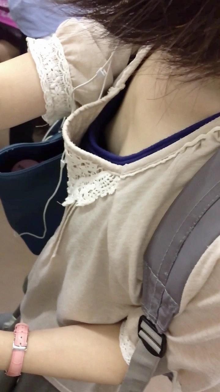 まさかのノーブラ!?電車内でぱっくり開いた女の子の乳首を観察する胸チラ盗撮動画:パイン02