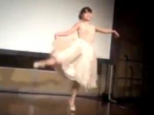 美人バレリーナさん、ノーブラ乳首スケスケ衣装でステージに上がってしまうwwww