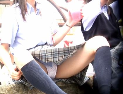 優等生タイプなのに大股開きしちゃう美少女JKの座りパンチラ(アイドル予備軍:可愛い優等生J○の祭りでのお座り)