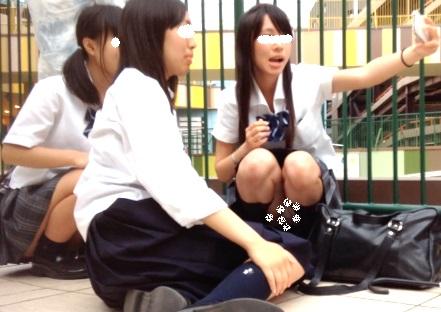 ライブを見に来た仲良し3人組JKの内、2人が見せる自撮り中のしゃがみパンチラ(MM:妄想vol.50)