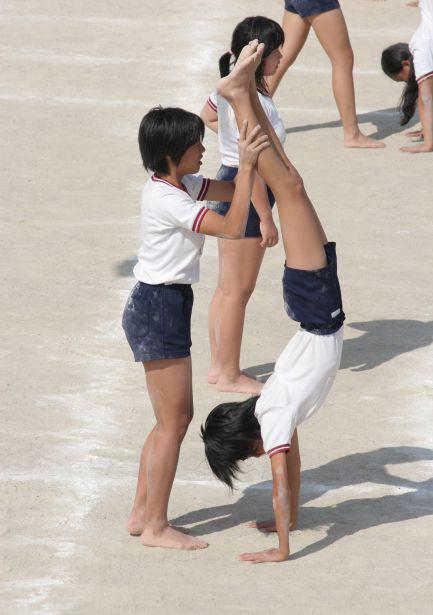 短パン体操服でブリッジしてハミパンしてしまう女子たちの高画質な静止画207枚(the裸足っ娘 15)