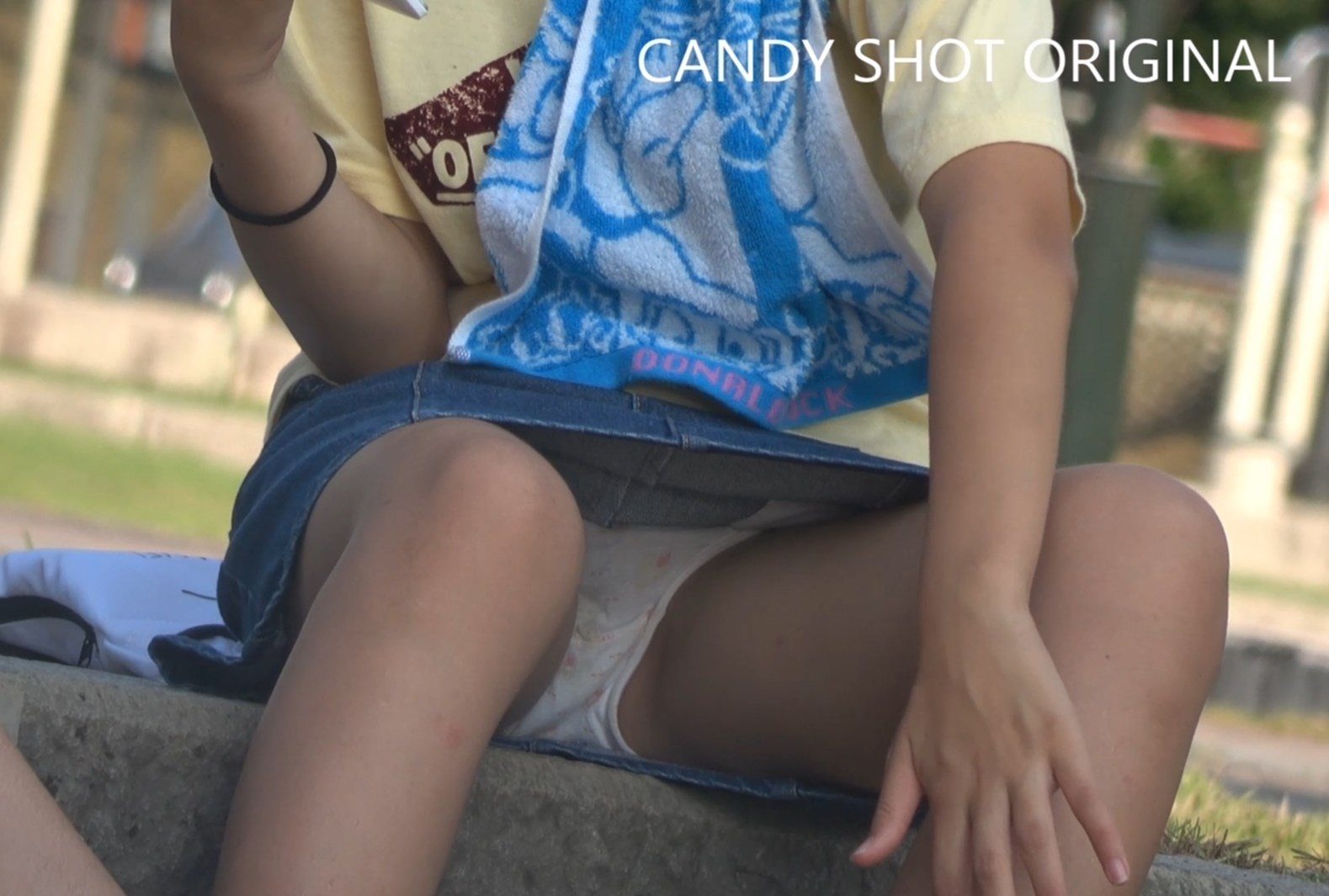 傑作!穿き古したシミ付き綿ぱんつから陰毛が透けちゃってるCUTE美少女の座りパンチラ映像:キャンディーショット