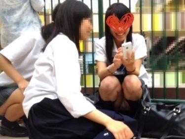 ライブを見に来た仲良し3人組JKの内2人が見せる自撮り中のしゃがみパンチラ(MM:妄想vol.50)