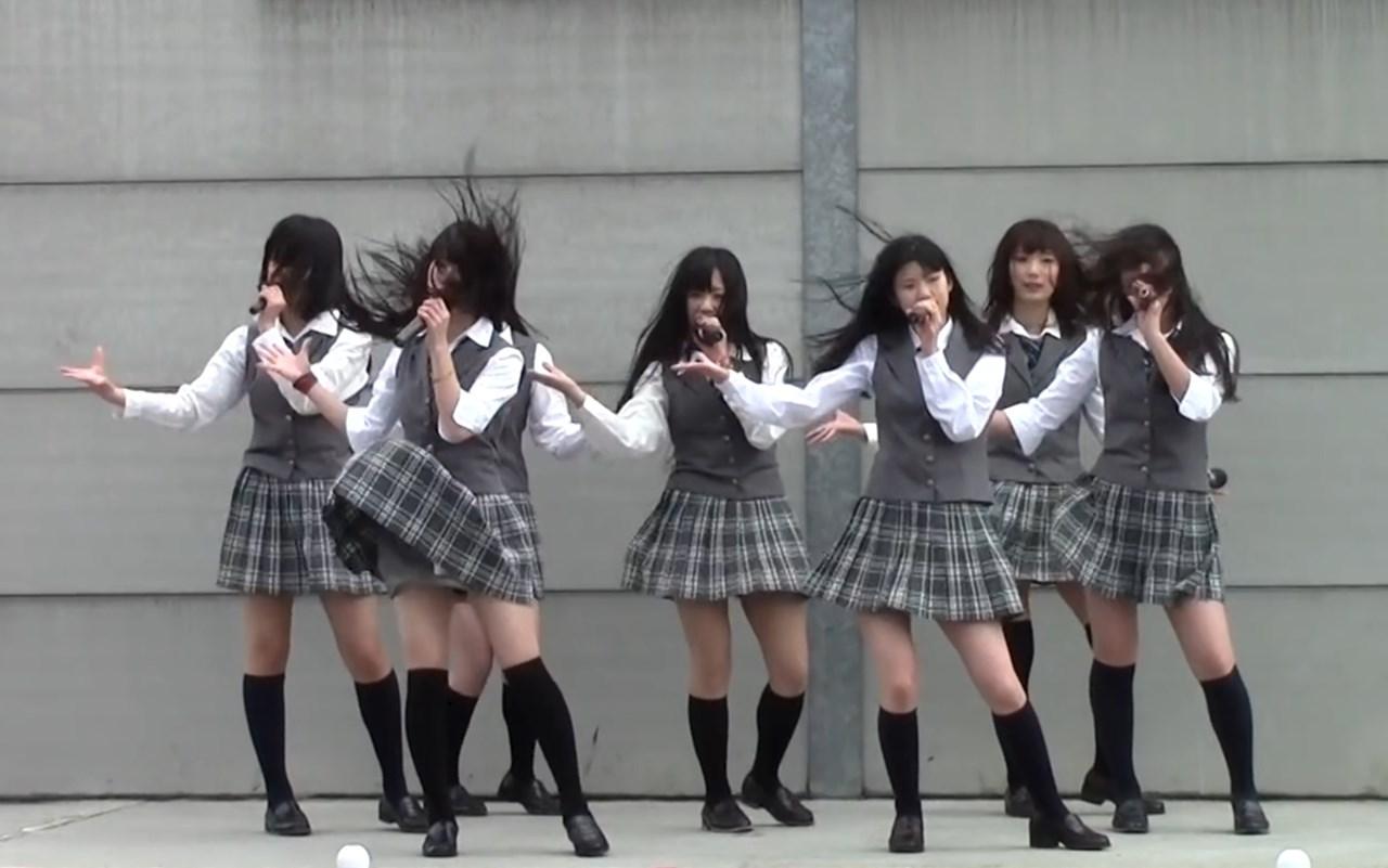 終始強風に晒されながらもなんとか歌い切る制服アイドルグループ