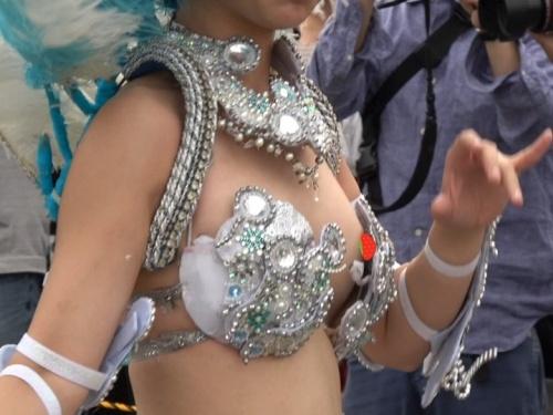 カリ:現役美人JDダンサー、衣装のサイズが合っていないから、ブラの中身が丸見えの状態で踊り続けてる!