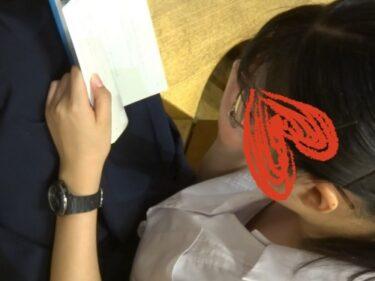 書店で賢そうなタイプのメガネ制服女子のブラウスの隙間を隠し撮り(コムコム:若手胸元調査隊vol.69)