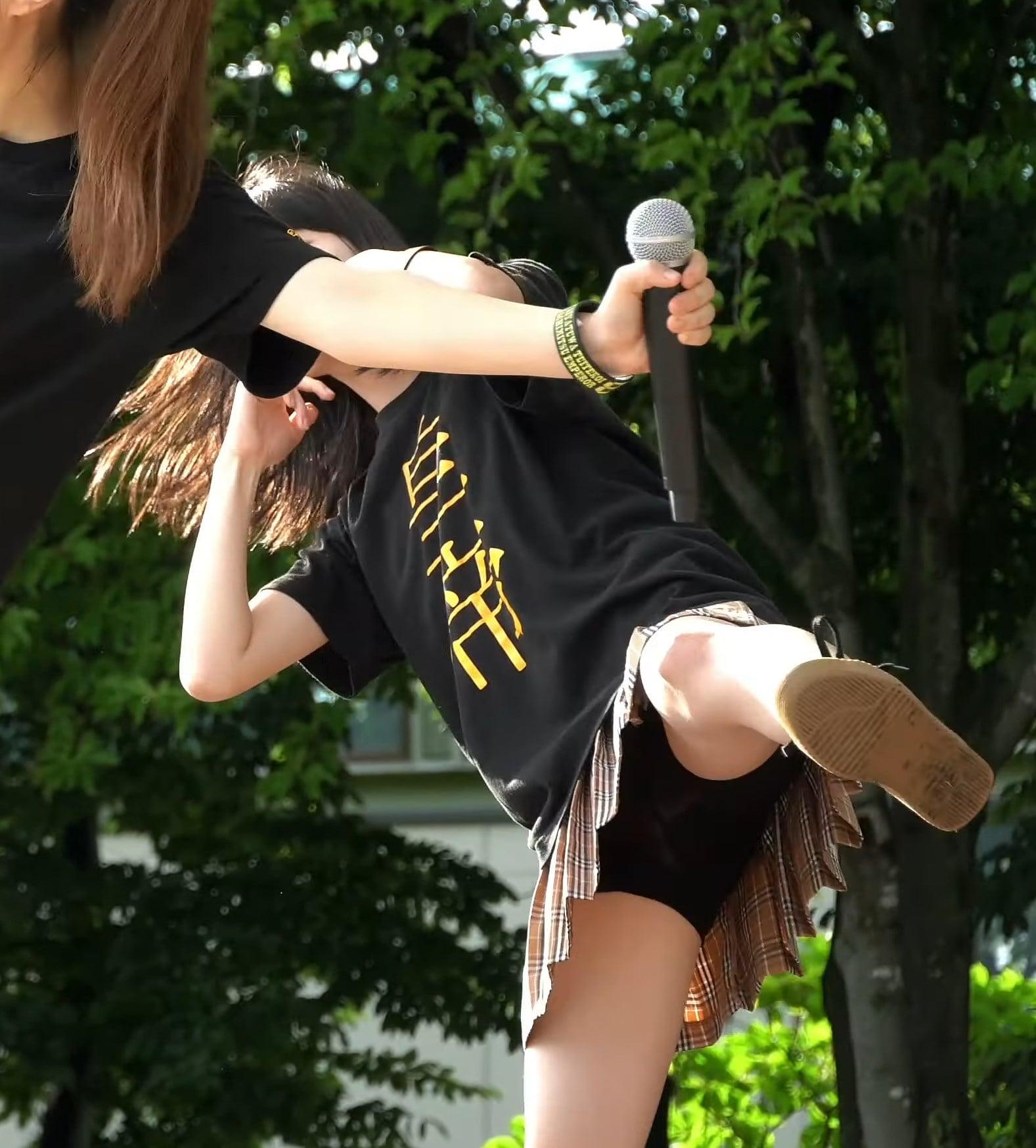 野外ライブで透けパンしてしまうローカルアイドル